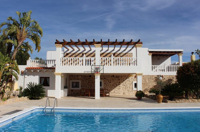 07a7301c-97b1-4266-b5ca-fa952d7b05a9.0-818x540 Rent a villa in Ibiza in August