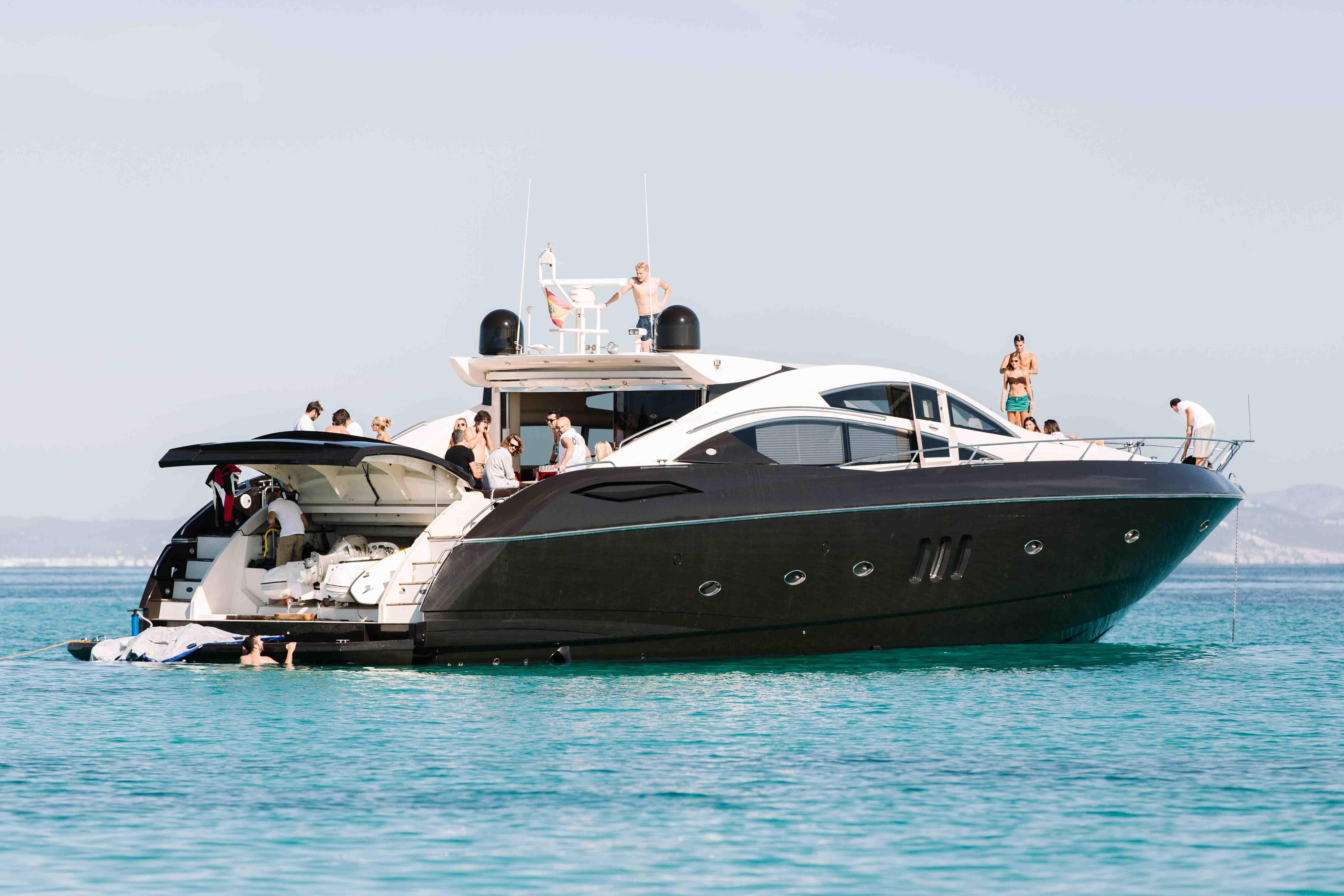 Just-Smile-Predator-82-3 Los barcos más exclusivos que puedes alquilar en Ibiza.